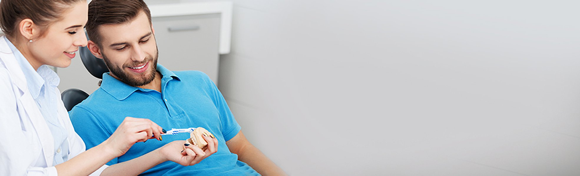 Une dentiste expliquant à son patient des détails sur la santé buccodentaire.