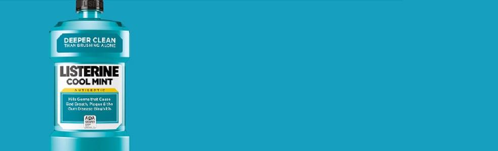 Flacon bleu du rince-bouche Listerine sur fond turquoise.